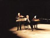 TeatreFortuny de Reus. Junto a su hermano, Evelio Tieles en el  homenaje al compositor Joan Guinjoan organizado por la Associació Cultural Catalana-Iberoamericana en 1998, interpretando el Retaule.