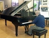 A Cecilio Tieles se le concedió el honor de probar el piano que perteneció a Vladimir Horowitz y que estaba en la sede de Steinway Piano Gallery en Miami. 13 de noviembre de 2014.